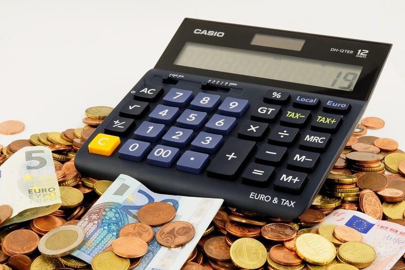 Taschenrechner-Münzen-Scheine